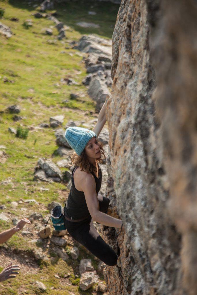 Hélène Collin, fondatrice de Symbioz Climbing s'attaque au high ball du Mondarrain